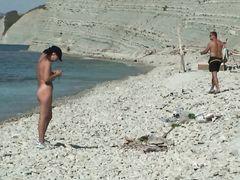 Групповой нудизм русских молодых друзей на диком пляже