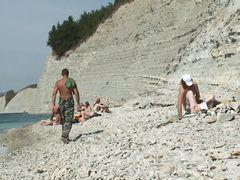 Обнаженная красотка отсосала на пляже у парня не заметив наблюдения