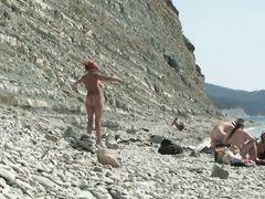 Хитрый русский парень занялся вуайеризмом на нудистском пляже