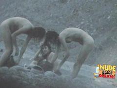 Пошленькие голые девушки на пляже не заметили подглядывающего парня
