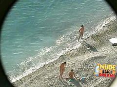 Извращенец тайком подсматривает на пляже за толстыми зрелыми тетками