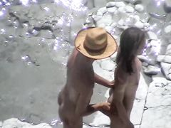 Худая девушка делает мужику минет на нудистском пляже
