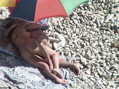 Скрытая камера на пляже снимает быстрый секс втроем от нудистов