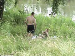 Рыжая деваха с короткой стрижкой трахается с парнем на берегу реки