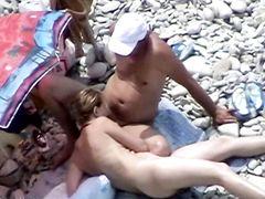 Женщина скачет на пенисе нудиста на пляже