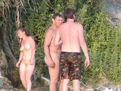 Тайное видеонаблюдение за голыми девушками на нудистском пляже