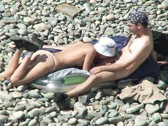 Скрытный вуайерист с камерой подсматривает за сексом на пляже