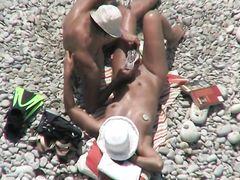 Тайное подглядывание на пляже за парочкой возбужденных нудистов