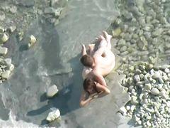 Пара ебется на пляже и не видит, что их снимают