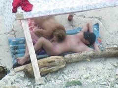 Загорающая парочка занялась оральным сексом на пляже перед вуайеристом