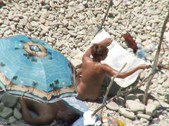 Голенькая красотка отсосала на пляже у своего парня перед вуайеристом