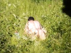 Извращенец со скрытой камерой тайком снимает секс в лесу