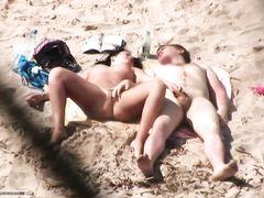 Пара подрочила на пляже и трахнулась раком