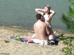 Влюбленная пара занимается сексом на берегу реки