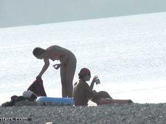 Видеонаблюдение за обнаженными нудистами развлекающимися на пляже