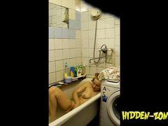 Голая девушка бреет пизду в ванной не замечая тайного наблюдения