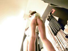 Скрытая камера в раздевалке снимает красивую девушку