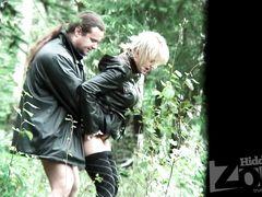 Подглядывающий мужик с камерой снимает на видео секс в лесу