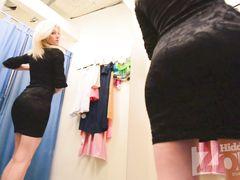 Милашка примеряет нижнее белье и не знает что за ней подглядывают