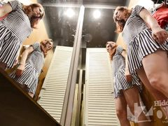 Сучка без трусиков меряет мини платье в магазине