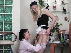 Сексуальная русская служанка лесбиянка лижет пизду хозяйки