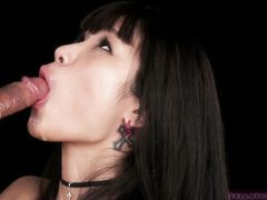 Сексуальная темненькая японочка отсосала и сглотнула сперму парня