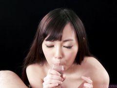 Великолепная японская девочка красиво сосет стояк любимого парня