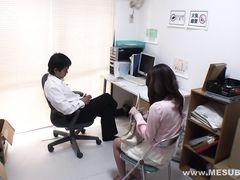 Скромная японка и ее коллега по работе трахаются в офисе