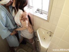 В больничном туалете перебинтованный пациент наслаждается писей и ротиком медсестры