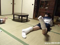 При помощи силы самурай заставил трахаться юную японочку