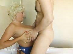Зрелая пухленькая блондинка с большими сиськами ебется с молодчиком